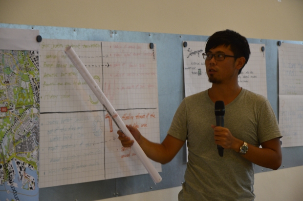 Student makes a presentation at the Summer School.